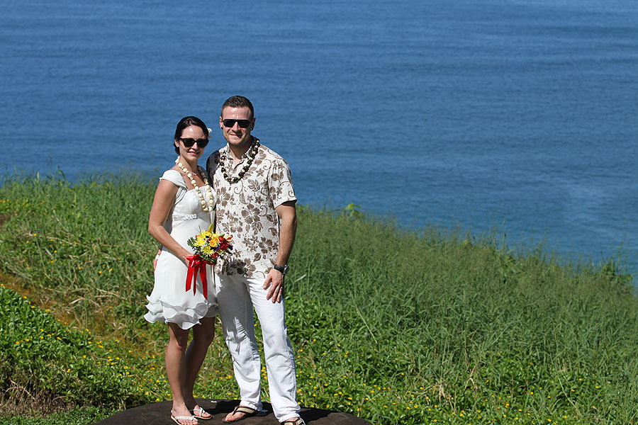 kauai wedding couple overlooking ocean
